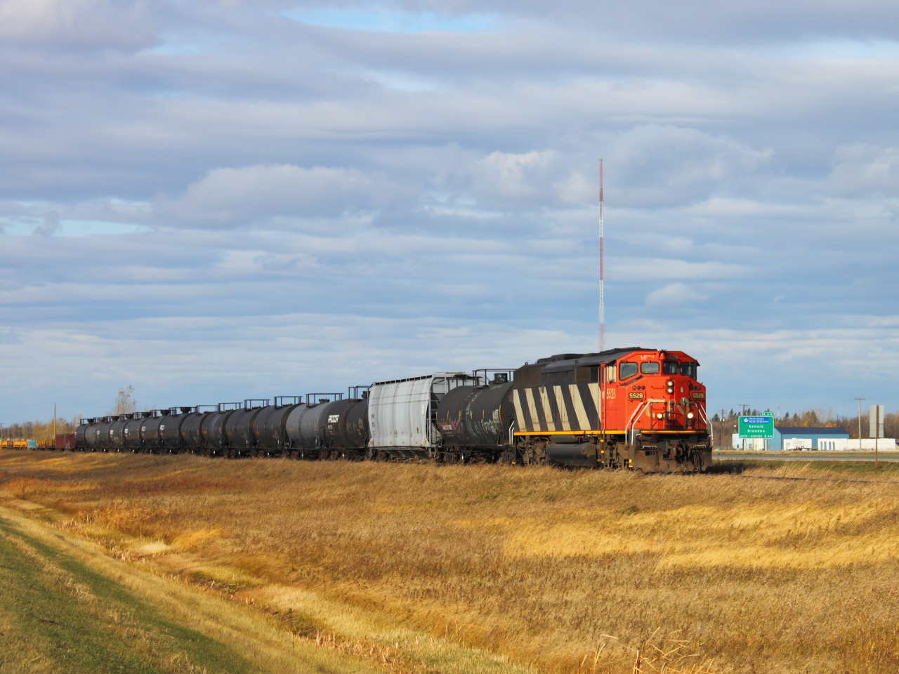 CN 5528 in St Norbert, MB 2011/10/16