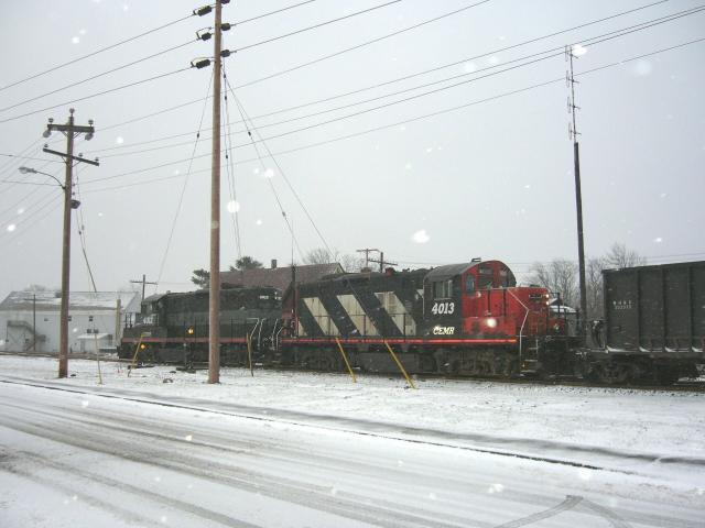 CEMR 4013 and 4012 in Hantsport, NS 2006/01/16. Photo by Geoff Sockett.