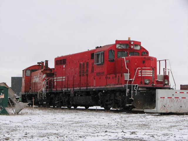 SVGX 8625 (ex SOO 4203) and CP 8131 in Winnipeg, Manitoba