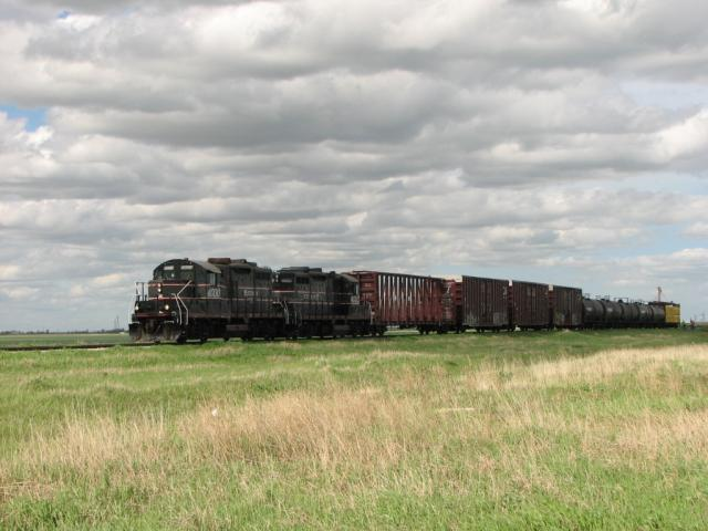 CEMR 4000 and 4002 at Oak Bluff, MB 2010/05/25