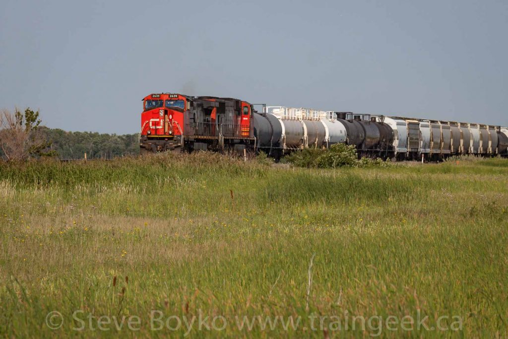 CN 2659 coming to a stop outside Winnipeg.