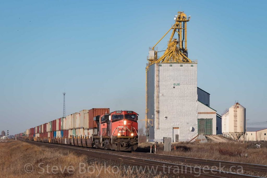 CN 2612 passing the Elie grain elevator