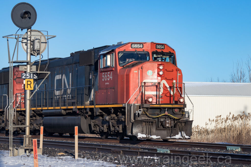 CN 5654 rolling past the mile 25.1 signal