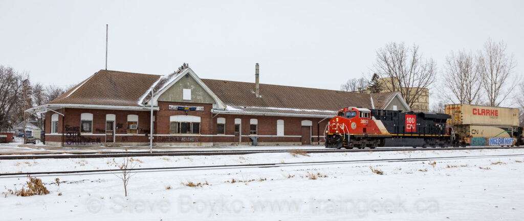 CN 3883 passing the ex CN train station in Portage la Prairie, MB